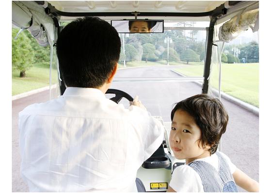 사진은 2007년 9월 노무현 대통령이 청와대에서 손녀를 전동카트에 태운 채 경내를 운전하는 모습. [사진 장철영 제공]