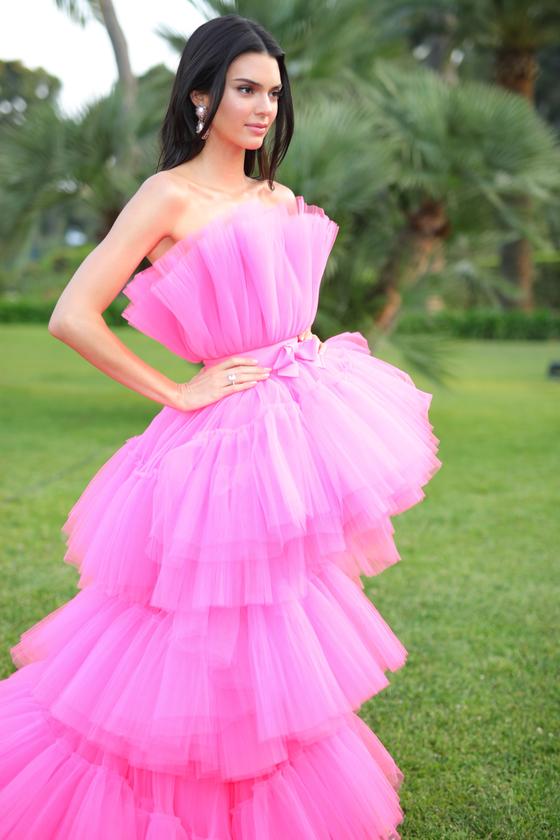 켄달 제너가 입은 드레스는 H&M의 새로운 협업 디자이너 지암바티스타 발리가 디자인한 드레스다. [사진 H&M]