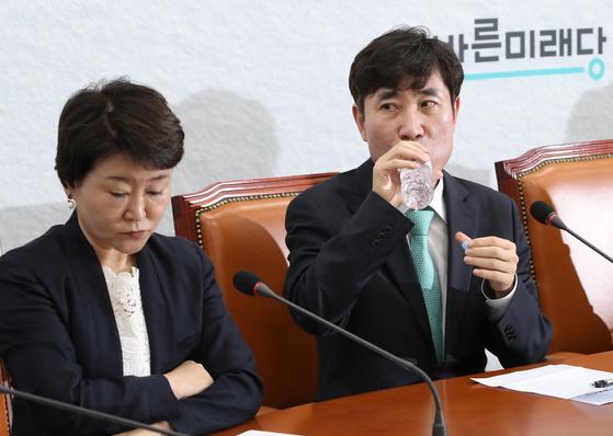 바른미래당 하태경 최고위원이 물을 마시고 있다. 왼쪽은 권은희 최고위원. 오종택 기자