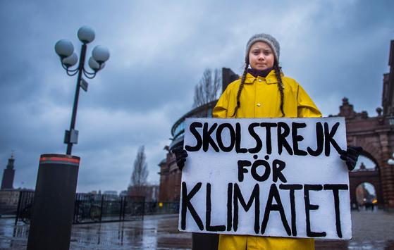 지난해 11월 그레타 툰베리가 스웨덴 스톡홀름에 위치한 국회의사당 앞에서 기후변화 대책을 촉구하며 1인 시위를 하고 있는 모습. 툰베리는 지난해 8월부터 금요일마다 1인 시위를 했다. [로이터=연합뉴스]