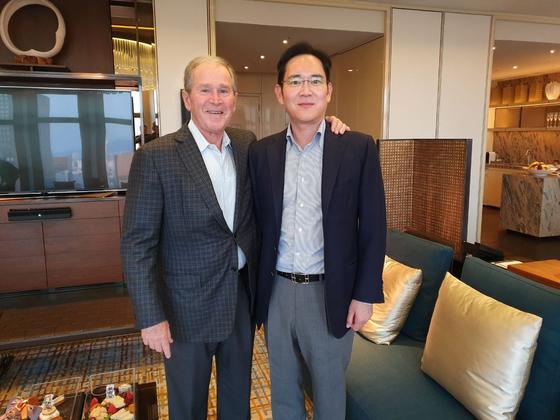 이재용 삼성전자 부회장(오른쪽)이 지난 22일 방한 중인 조지 부시 전 미국 대통령과 서울 광화문 인근의 한 호텔에서 만나 30여 분간 비공개 단독면담을 가졌다. [뉴스1]