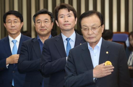 이해찬 대표(오른쪽)와 이인영 더불어민주당 원내대표 [중앙포토]