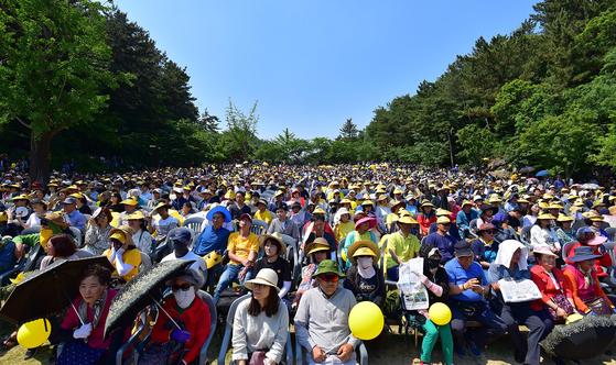 노무현 전 대통령 10주기 추모식이 23일 오후 경남 김해 봉하마을에서 열린 가운데 시민들이 자리하고 있다. 송봉근 기자