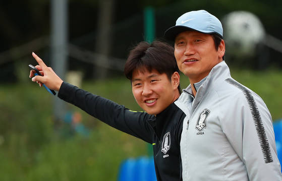 U-20 축구대표팀 사령탑 정정용 감독(오른쪽)과 에이스 이강인이 웃으며 대화하고 있다. [연합뉴스]