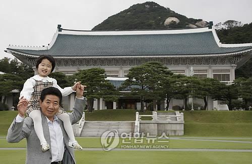 2007년 9월 29일 청와대를 방문한 손녀를 목말 태운 노무현 전 대통령. [연합뉴스]