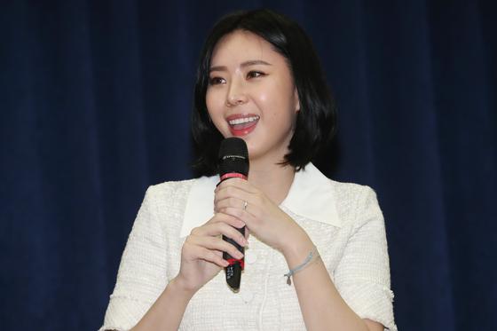 고 장자연 씨 사건의 증언자인 동료 배우 윤지오 씨가 지난 4월 14일 오후 서울 여의도 국회 의원회관에서 열린 북콘서트에서 노래를 부르고 있다.[뉴스1]