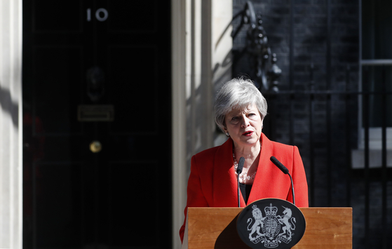 모든 방안을 거부하는 영국 하원에서 브렉시트 협상안을 통과시키려 시도했던 테리사 메이 영국 총리가 결국 사퇴 일정을 발표했다. [AP=연합뉴스]