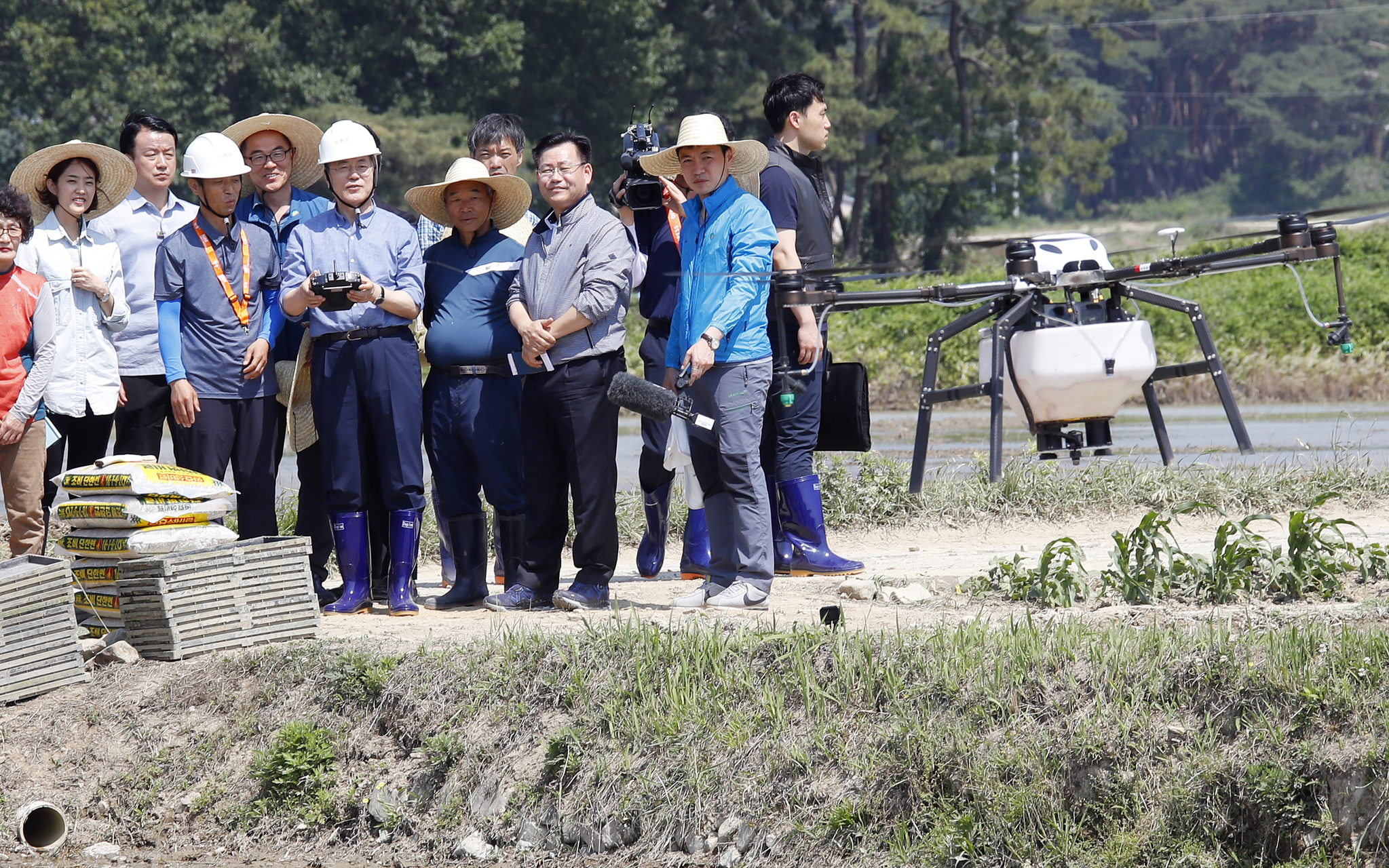 [서소문사진관] 문재인 대통령 오늘 하루는'장화 신은 농민'…농업용 드론ㆍ이앙기 직접 운전