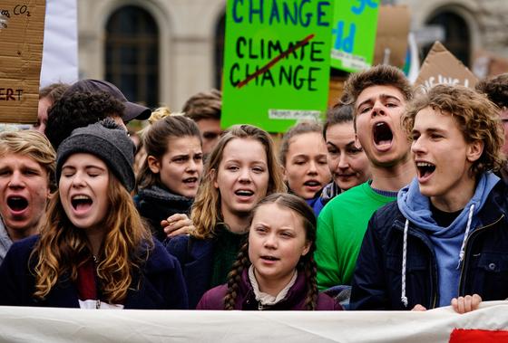 지난 3월 독일 베를린에서 열린 '미래를 위한 금요일(#FridayForFuture)'시위에 참여한 청소년들의 모습. 이들은 국가의 기후변화대책을 요구하며 학교를 결석하고 거리로 나왔다. [EPA=연합뉴스]