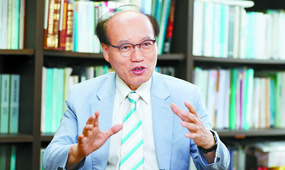 """북한 농업 및 식량 전문가인 권태진 박사는 '북한의 식량 부족 통계가 다소 부풀려지긴 했지만 최근 10년간 가장 심각한 수준인 건 틀림없다""""며 '국제기구를 통해 쌀보다는 밀가루를 지원해야 한다""""고 말했다. [변선구 기자]"""