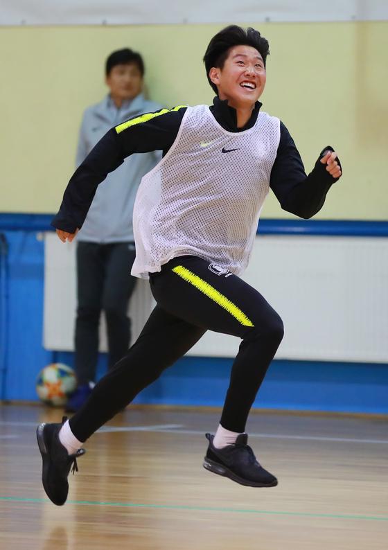 23일 열린 실내훈련에서 이강인이 웃으며 질주하고 있다. [연합뉴스]