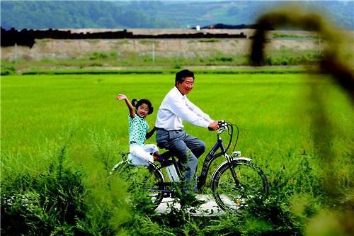 생전 봉하마을에서 자전거를 타던 노무현 전 대통령. 뒤에는 서은양. [연합뉴스]
