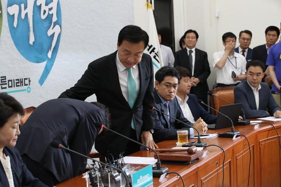 하태경 최고위원이 폄훼 발언에 대해 사과하자 손학규 대표가 어깨를 두드려 주며 격려하고 있다. 오종택 기자