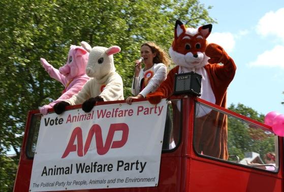2015년 영국 동물복지당(AWP) 당수 바네사 허드슨이 버스를 타고 거리 연설을 하고 있다. [AWP 홈페이지]