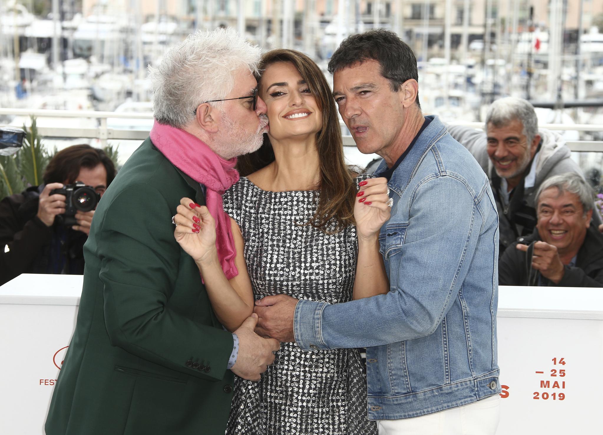 감독 페드로 알모도바르와 배우 페넬로페 크루즈, 안토니오 반데라스가 18일 오전(현지시간) 프랑스 칸 팔레 드 페스티발에서 열린 '제 72회 칸 국제영화제'(Cannes Film Festival) 경쟁부문 진출작 '페인 앤 글로리(Pain and Glory / 감독 페드로 알모도바르) 포토콜에 참석했다.[AP=연합뉴스]