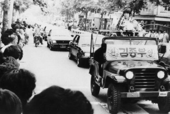 1983년 멕시코 청소년 축구대회 4강 쾌거를 이룩하고 돌아와 카퍼레이드에 나선 김종부. [중앙포토]