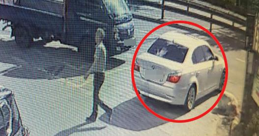 경찰이 경기 양주시 한 주차장에 세워진 차량 안에서 50대 부동산업자가 숨진 채 발견된 사건을 수사 중이다. 사진은 공범 중 1명이 지난 20일 오후 사체 유기장소인 주차장에 가기 전 용의 차량(빨간색 원)에서 내리는 모습. [뉴시스]