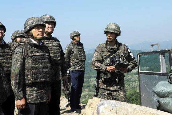 자유한국당 황교안 대표가 23일 오전 강원도 철원군 3사단 철거된 GP를 방문해 군 관계자의 설명을 듣고 있다. [뉴시스]