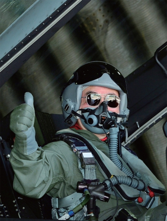 2015년 '공군을 빛낸 인물'에 뽑힌 윤은기 회장이 지난 5월 초 국산 초음속전투기 FA-50에 탑승했다. / 사진:사진 윤은기