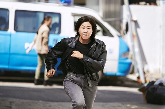 영화 '걸캅스'에서 첫 주연을 맡은 배우 라미란. 전설적인 여형사로 이름 날리던 시절의 모습. [사진 CJ엔터테인먼트]