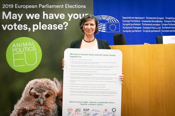 네덜란드 동물당(PvdD) 소속 유럽의회 의원인 안자 하제캠프가 지난달 4일 벨기에 브뤼셀에서 모여 유럽 11개 동물당이 발표한 공동 마니페스토를 들고 서 있다. [스웨덴 동물당(Djurens Parti) 홈페이지]