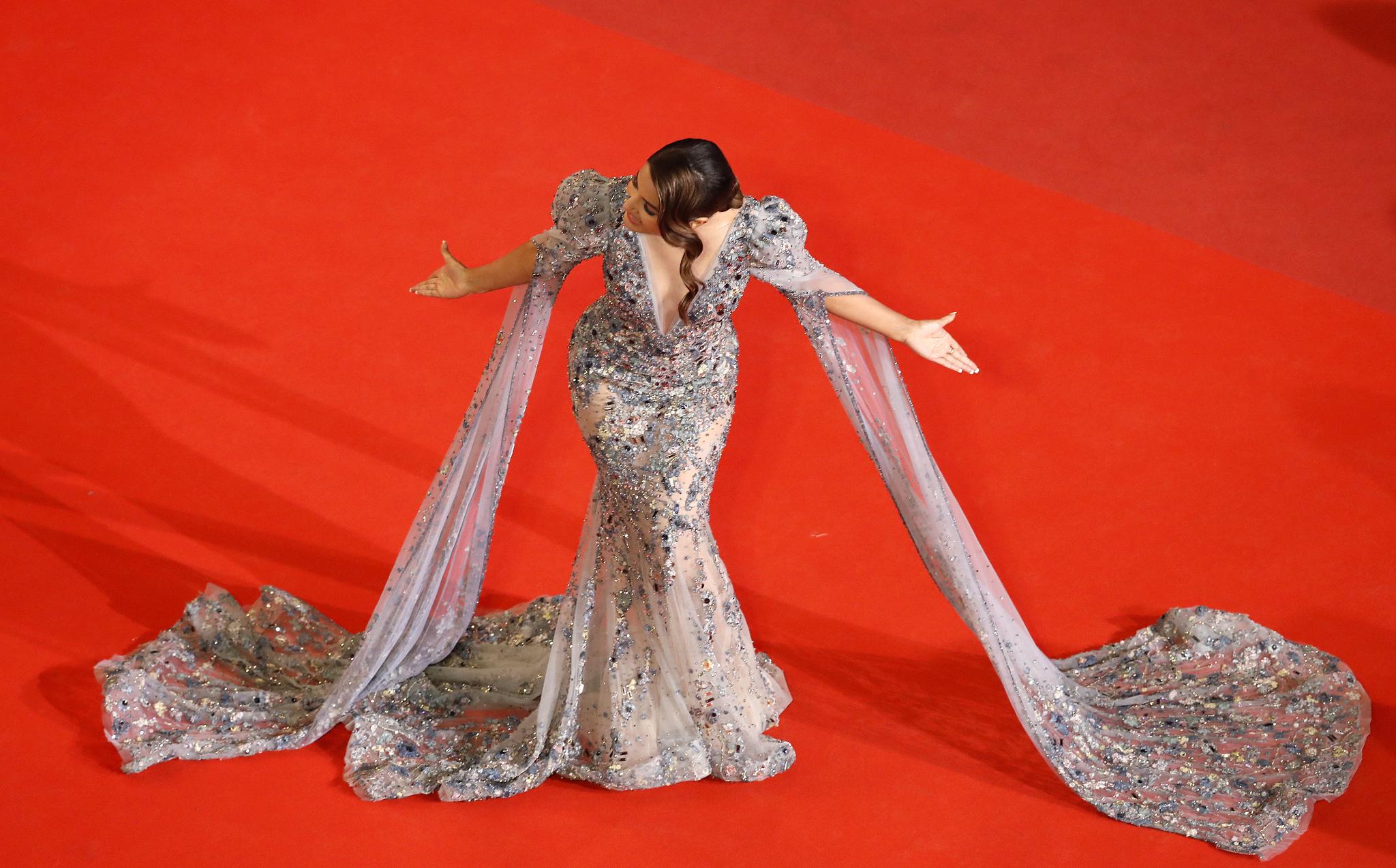 인도 배우 히나 칸이 15일(현지시간) 프랑스 칸에서 '제72회 칸 국제영화제' 경쟁부문에 진출한 영화 '바쿠라우' 레드 카펫에 올라 포즈를 취하고 있다.[EPA=연합뉴스]