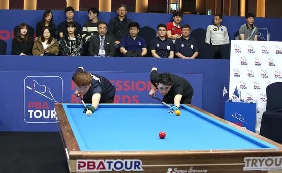 지난달 22일 경기도 일산 엠블호텔에서 열린 PBA 프로당구 트라이아웃에서 임아람(왼쪽)과 조준혁이 경기를 펼치고 있다. [뉴스1]