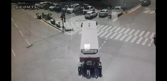 교차로 한복판에 멈춰선 버스. [사진 부산경찰청]