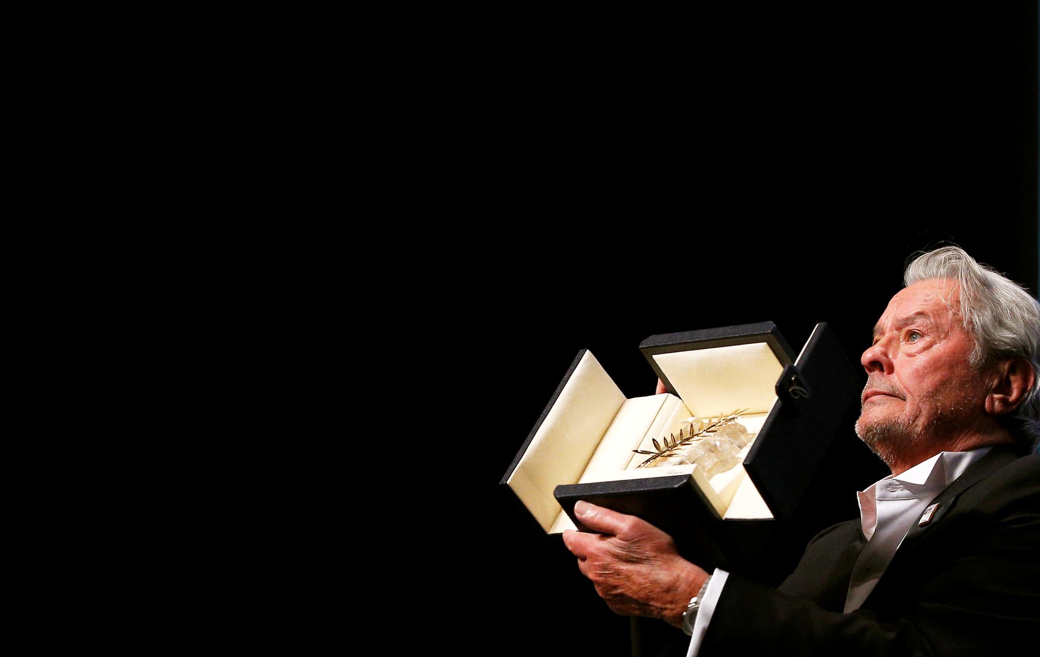 19일(현지시간) 프랑스 칸에서 열린 '제72회 칸 국제영화제'에서 프랑스 배우 알랭 들롱이 명예 황금종려상을 수상했다. [로이터=연합뉴스]