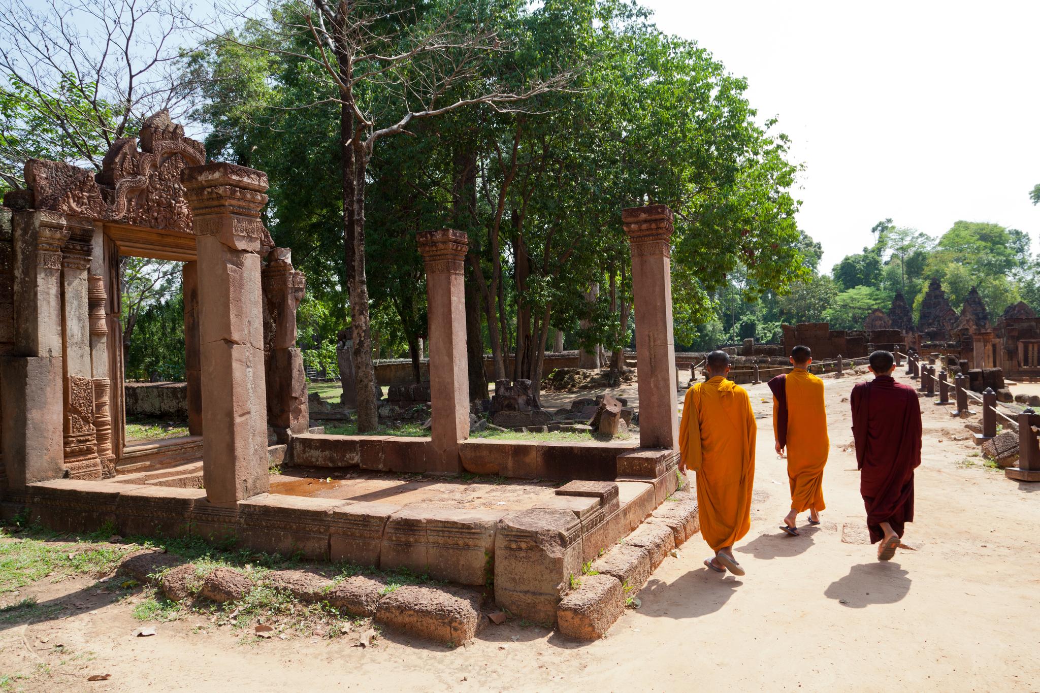 밴티 스라이 사원을 걷는 어린 승려들. 최승표 기자
