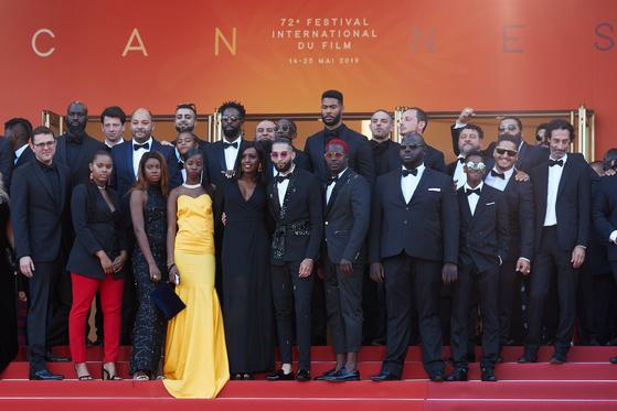 15일(현지시간) 오후 프랑스 칸 팔레 드 페스티발에서 열린 '제 72회 칸 국제영화제'(Cannes Film Festival) '레미제라블' 레드카펫에 참석한 주역들이 포즈를 취하고 있다. 이들은 이날 '역대급 인원'으로 레드카펫에 입성했다.[타스=연합뉴스]