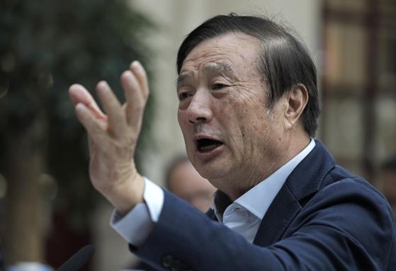 중국 화웨이의 창업자이자 최고경영자(CEO)인 런정페이는 최근 자주 언론에 모습을 드러내며 화웨이의 스파이 활동을 부인하고 있다. 런정페이는 인민해방군 통신장교 출신이라는 점 때문에 특히 미국의 의심을 받고 있다. [AP=연합뉴스]