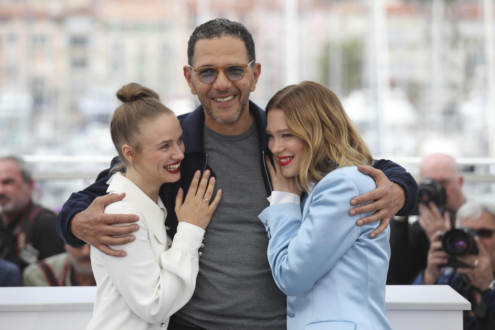 배우 사라 포레스티에, 로디쉬 젬, 레아 세이두가(왼쪽부터) 23일 오후(현지시간) 프랑스 칸 팔레 드 페스티발에서 열린 '제 72회 칸 국제영화제'(Cannes Film Festival) 경쟁부문 진출작 '오 머시!'(OH MERCY!) 포토콜에 참석했다.[AP=연합뉴스]