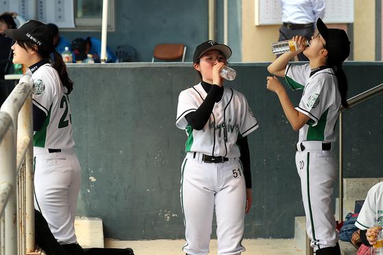 공수교대 중에 선수들이 더그아웃에서 물을 마시고 있다. 장진영 기자