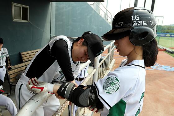 졸업생으로 팀에 함께하고 있는 정은아 선수(오른쪽). 장진영 기자