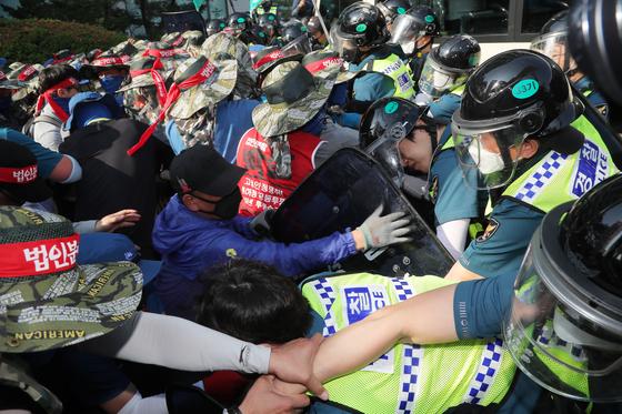 금속노조원들이 22일 오후 서울 종로구 현대중공업 서울사무소 앞에서 집회 도중 건물 진입을 시도하며 경찰을 끌어내고 있다. [연합뉴스]