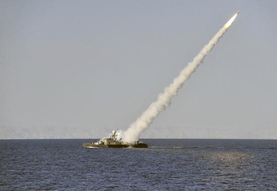 이란 군함이 페르시아만의 출입구인 호르무즈 해협 근처에서 벌어진 군사 훈련에서 함대공 미사일을 발사하고 있다. 2012년 자료 사진이다. [중앙포토]