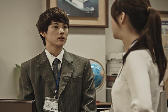 웹툰이 원작인 드라마 '미생(未生)'은 계약직 사원인 주인공 장그래를 중심으로 회사 이야기를 생생하게 담았다. '미생'이라는 드라마 제목은 계약직 사원의 불안함을 아직 살아있지 않은 돌에 비유한 것이다. [사진 tvN]