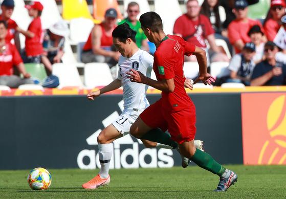 25일 오후(현지시간) 폴란드 비엘스코-비아와 스타디움에서 열린 2019 국제축구연맹(FIFA) 20세 이하(U-20) 월드컵 한국과 포르투갈의 F조 조별리그 첫 경기에서 한국 대표팀 엄원상이 터치 라인을 따라 돌파를 시도하고 있다. [연합뉴스]