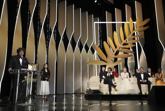 칸영화제 시상식 무대. 왼쪽이 봉준호 감독, 오른쪽에 앉은 사람들이 심사위원이다. [AP=연합뉴스]i