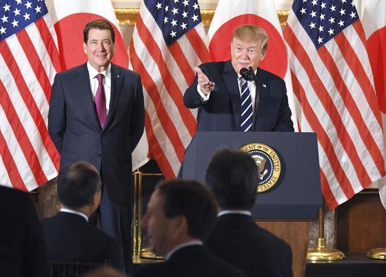 25일 일본에 도착한 도널드 트럼프 미국 대통령이 도쿄 미나토(港)구 주일 미국 대사관저에서 일본 기업인들과 함께 한 만찬에서 발언하고 있다. 만찬에는 소프트뱅크, 도요타자동차, 라쿠텐, 히타치(日立)제작소, 미쓰비시(三菱)UFJ파이낸셜그룹 등 일본 주요 기업의 경영자 30명이 대거 참석했다. [연합뉴스]