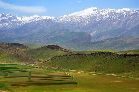 이란 고원의 서부와 남부를 감싸고 있는 험준한 자그로스 산맥의 일부 모습. [위키피디아]