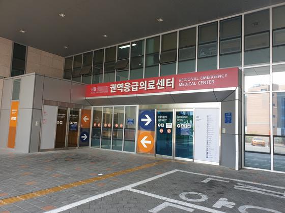 26일 새벽 구하라(28)가 이송된 서울 A 병원 응급실 앞 상황. 극단적 선택을 시도한 구하라는 현재 생명에 지장이 없는 것으로 전해졌다. 이가영 기자