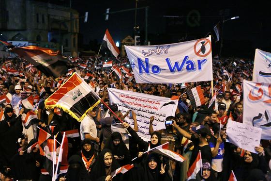 이라크 수도 바그다드에서 지난 24일 벌어진 반전 시위의모습. [AP=연합뉴스]