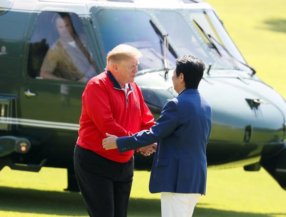 도널드 트럼프 미국 대통령과 아베 신조 일본 총리가 26일 일본 지바현의 모바라 컨트리 클럽에서 만났다. [AFP=연합뉴스]