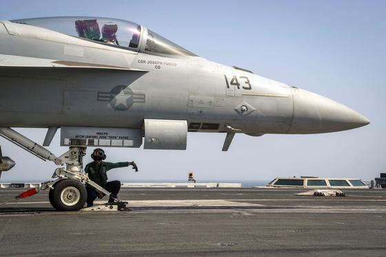 미 해군의 F/A-18E 수퍼호넷 전투기가 항모 에이브러햄 링컨함에서 이륙 준비를 하고 있다. 이 항모는 페르시아만 지역으로 파견됐다. [로이터=연합뉴스]