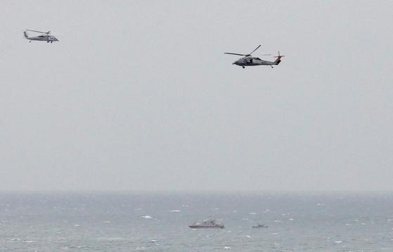 페르시아만의 출입구인 호르무즈 해협의 모습. 미 해군의 항모 조지 HW 함에 이란 혁명 수비대 고속정이 따라 붙고 있고 상공에는 미 해군 헬기가 비행 중이다. 2017년 자료 사진이다.[로이터=연합뉴스]