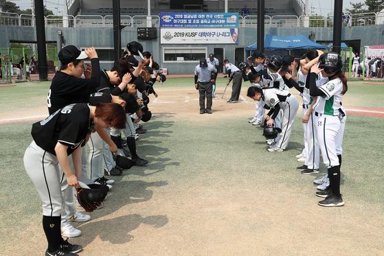 경기를 마친 선수들이 상대팀에게 인사하고 있다. 장진영 기자