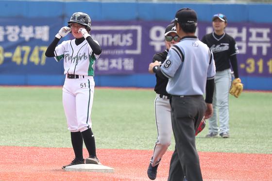 첫 안타로 1루에 출루한 이예린 선수. 장진영 기자