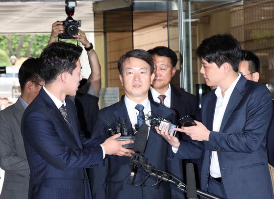 강신명(가운데), 이철성 전 경찰청장이 15일 영장실질심사를 위해 서울중앙지법에 들어서는 모습. 최정동 기자